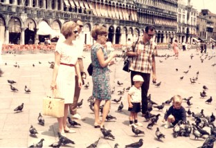 Video Venice, with family feeding the pigeons