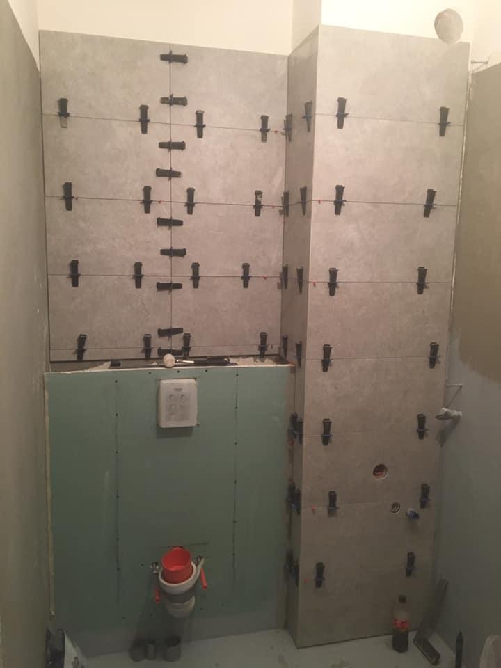 Łazienka znieregularną strefą prysznicową