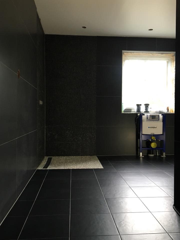 Czarna łazienka zkamieniami rzecznymi