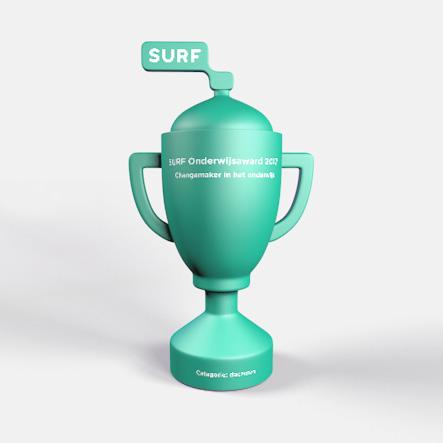 Digitale afbeelding van een 3D-model voor een Surfnet Award. Klassieke vorm trofee maar met het Surfnet-logo bovenop de deksel geplaatst. Groen met wit opschrift.