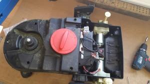 Indego-ohne-aeusseres-gehaeuse-ohne-display mit freiem Blick auf die Radantriebe