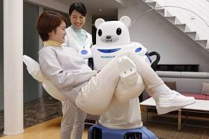 Nieuwe robot tilt ouderen in of juist uit een rolstoel
