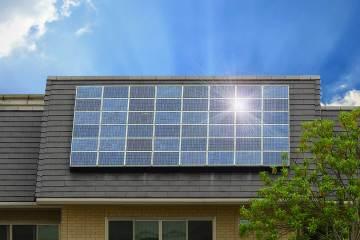 Dak huis met zonnepanelen