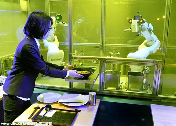 Robot cucinano manicaretti cinesi e non perdono un minuto