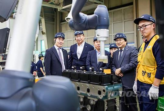 Doosan applies its collaborative robot to its engine production process