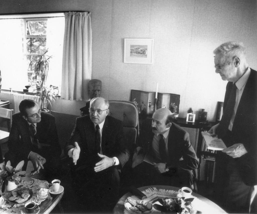 Met Gorbachev bij Jan Tinbergen (staand rechts) thuis in de Haagse Vogelwijk (foto Michiel Weinberg)