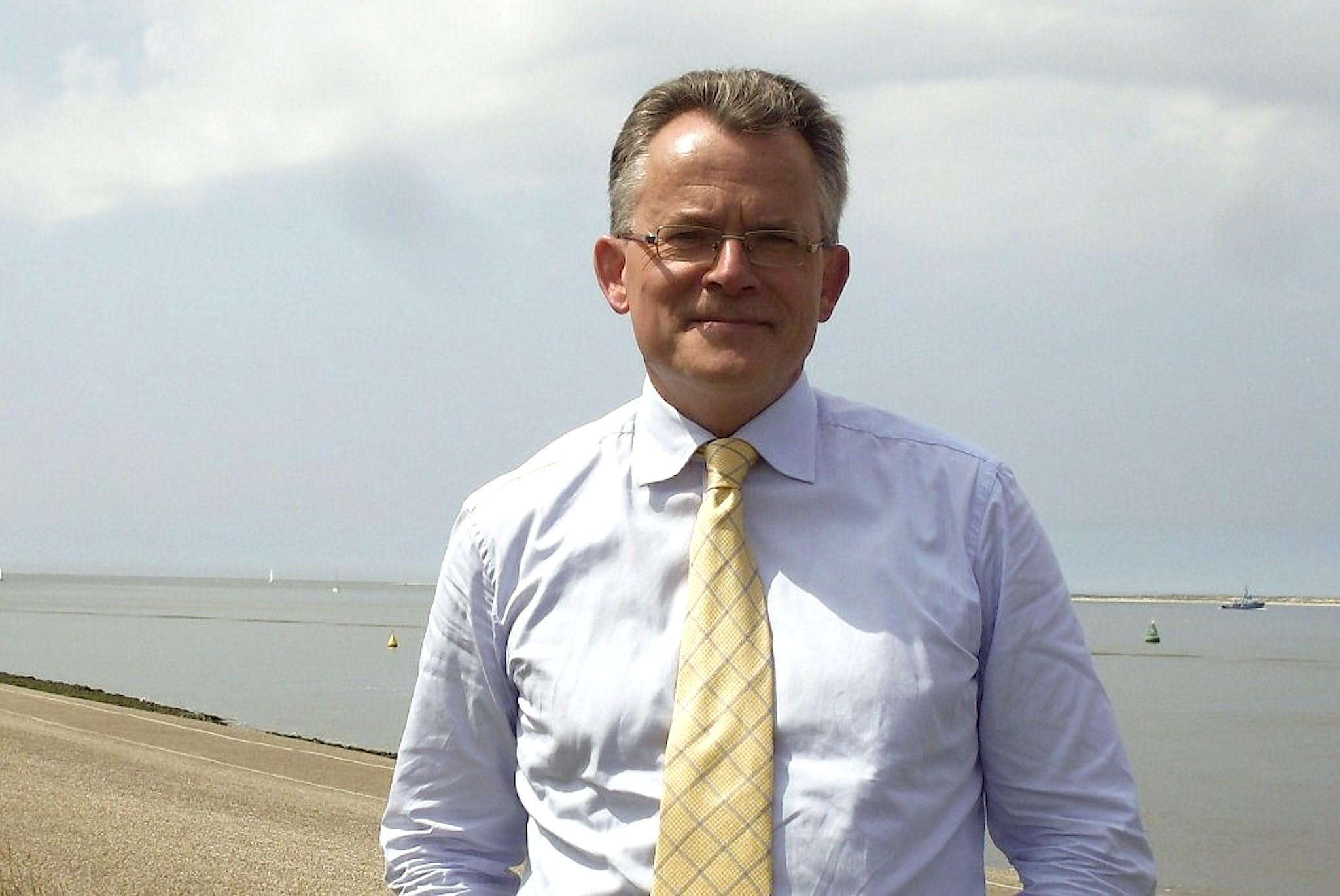 Burgemeester Koen Schuiling op de dijk van Den Helder