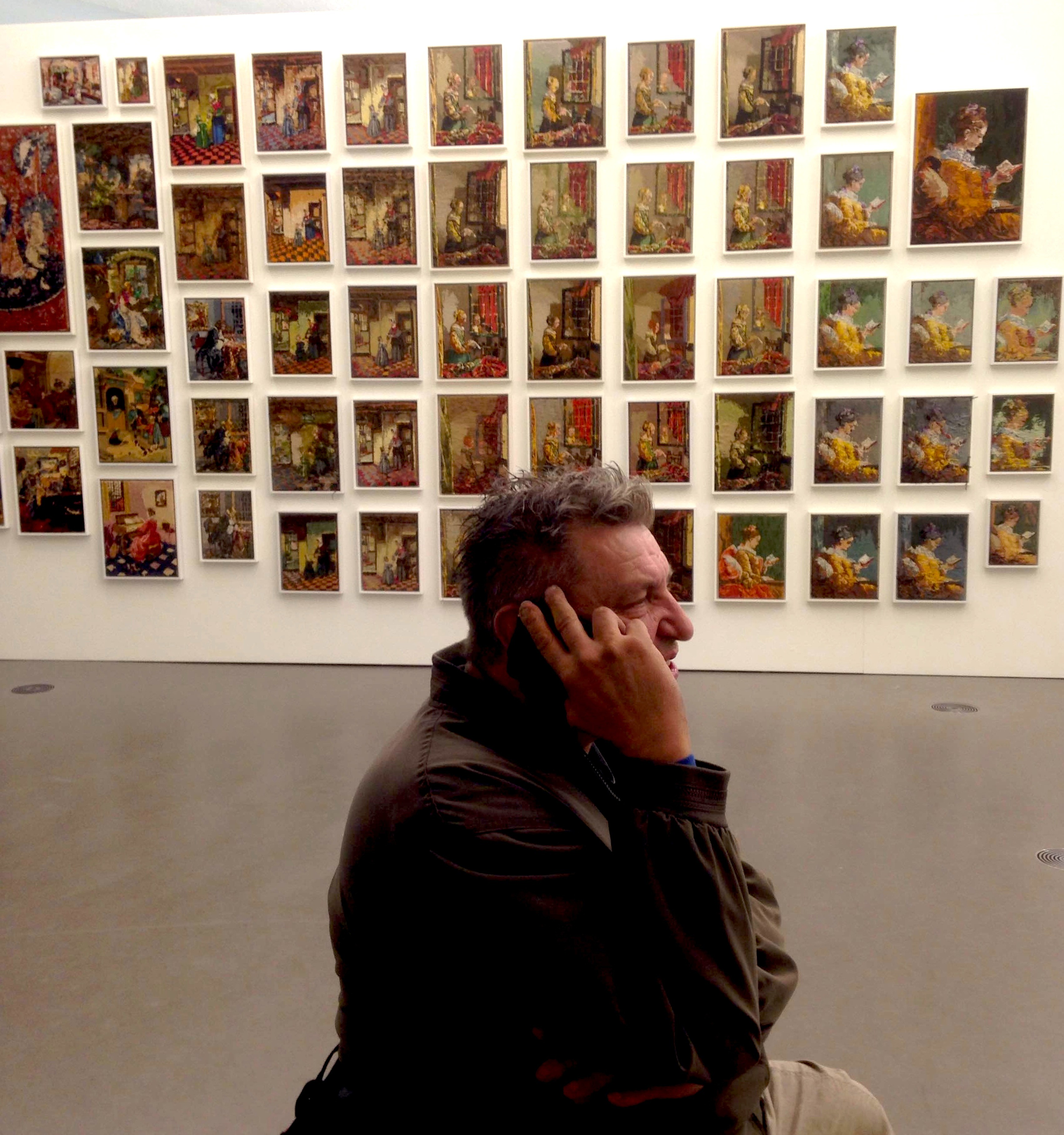 Rob Scholte on the telephone in The Embroidery Show (foto Lijsje Snijder)