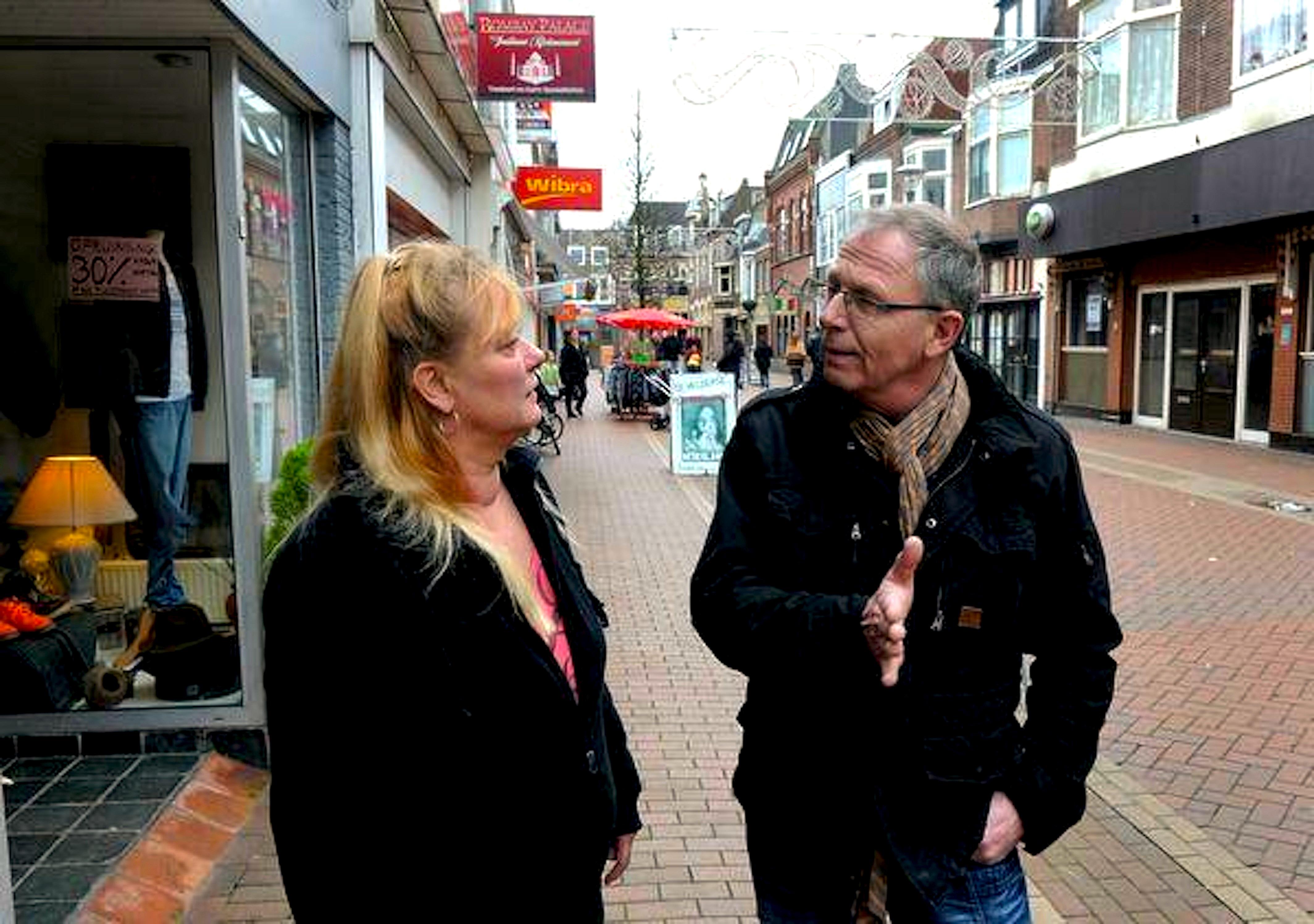Cees van der Wel en collega-onderneemster Anita Volkers in 'hun' Koningstraat (foto George Stoekenbroek)