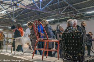 Een hele rij stoelen van de hand van Maarten Baas; in volgorde van ontwikkeling (foto Mariet Nievergeld)
