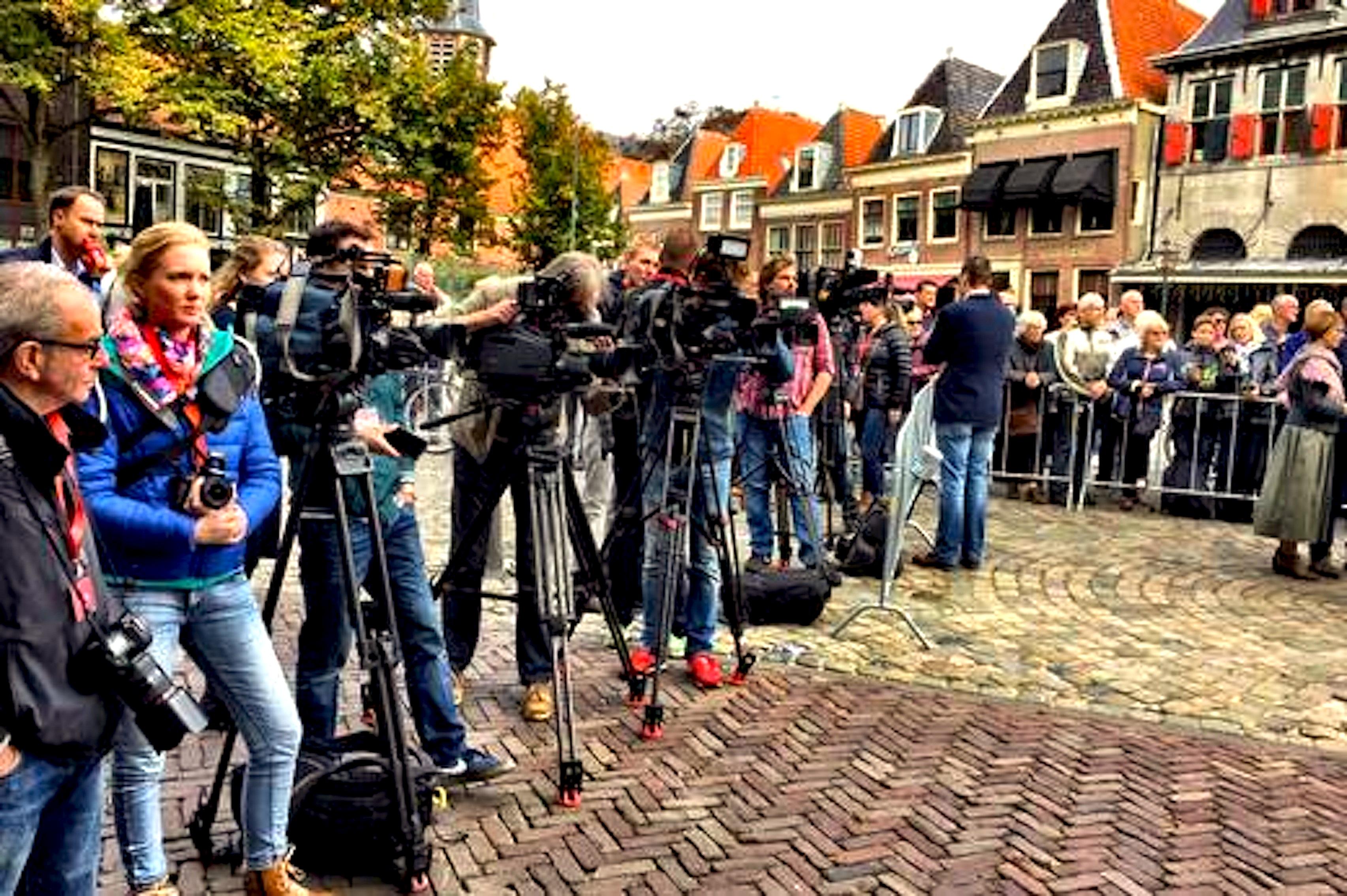 Pers en publiek bij terugkomst schilderijen Hoorn (foto Eric Molenaar/HMC)