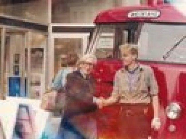 Koos Dalstra met Aiko van Hulsen bij Dalstra's brandweerauto