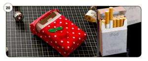 Abbildung 20 Selbstgebastelte Zigarettenschachtel (rechts) und Tasche als Umverpackung (links)