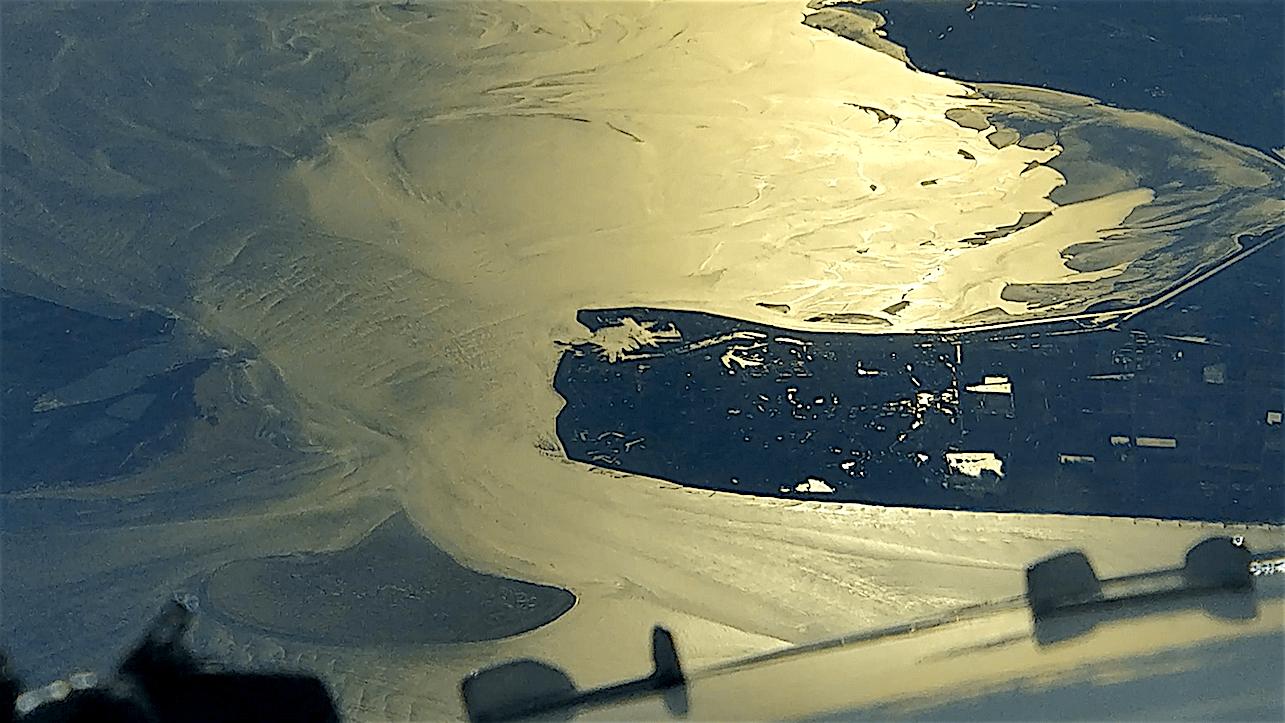 Den Helder, thuishaven van de Koninklijke Marine, vanaf 37.000 voet (foto Nils Holdrinet/Twitter)