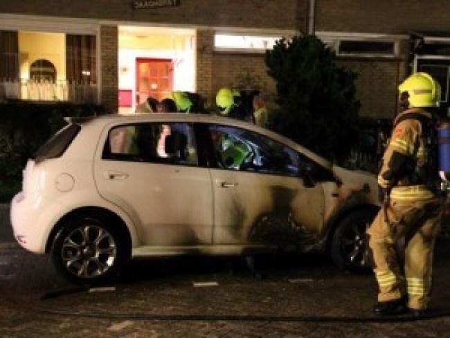 Autobrand in Jekerstraat Den Helder (foto NHD)