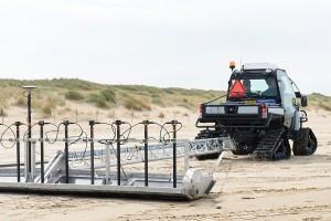 Er zijn tientallen 'verdachte objecten' gedetecteerd op het strand van Den Helder (foto DHFOTO)