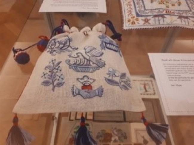 In het kader van het 30-jarige jubileum van Merkwaardig konden leden werk insturen met het thema 'Hollands Glorie', deze sweetbag is gemaakt door Sary Maas en geborduurd in kettingsteken