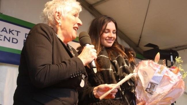 Burgemeester Hetty Hafkamp huldigt The Voice of Holland winnares Maan (foto Fer Korver)