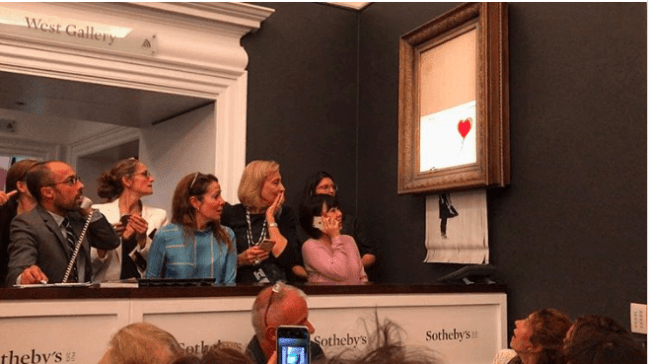 Onlookers react as Banksy's Girl With a Balloon self-destructs at Sotheby's (foto Sotheby's)