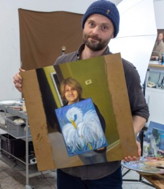 """Kristoffer Zetterstrand with his painting of """"Somebody's Mom."""" (foto Reddit)"""