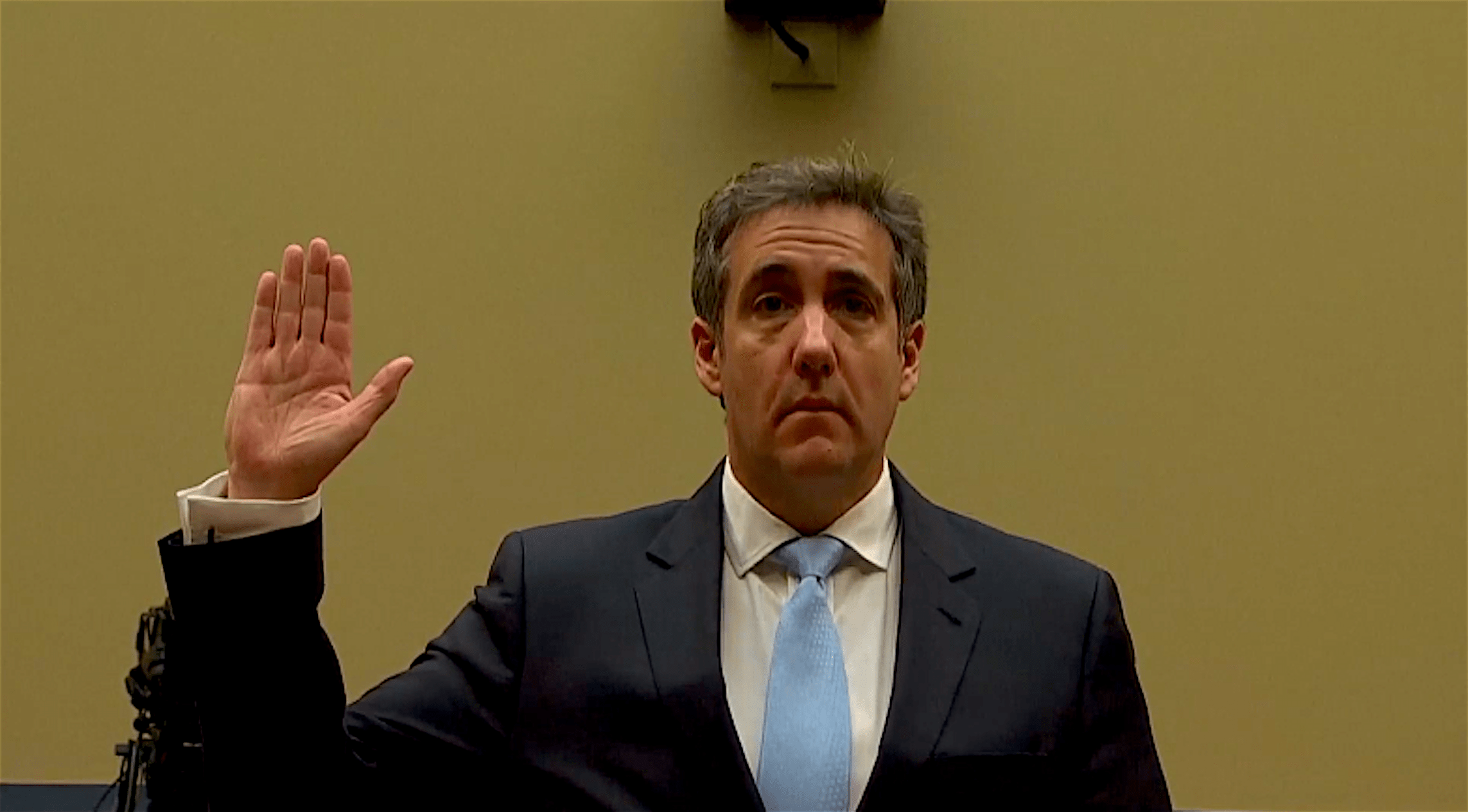 Michael Cohen, Trump's former personal laywer, taking the oath at Congress (foto The Age)