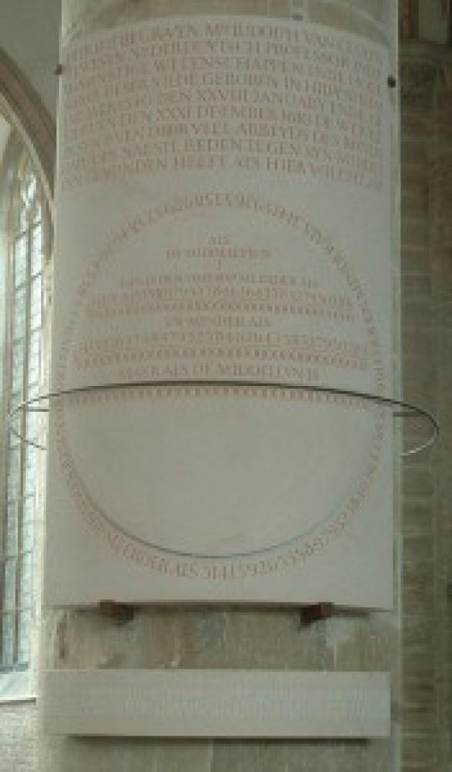 Monument voor π (pi) in de Pieterskerk in Leiden, van de hand van Cornelia Bakkum (foto Wikipedia)