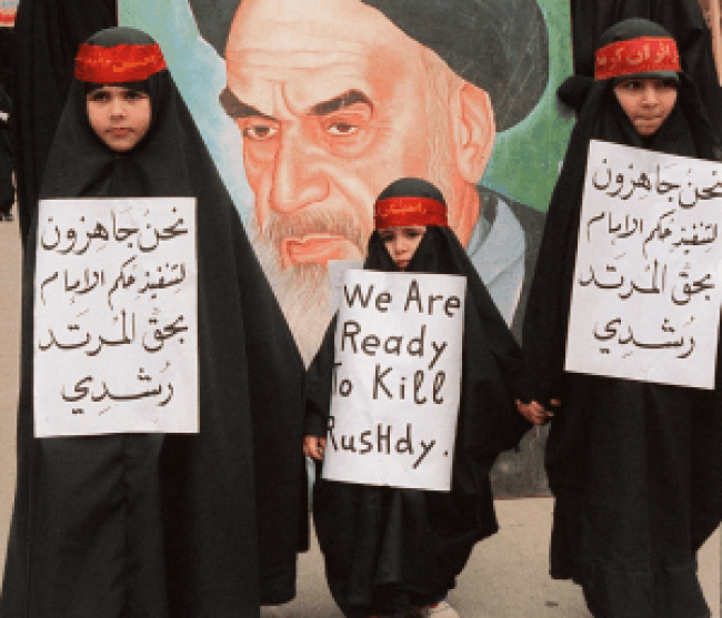 Young pro-iranian hizbullah girls demonstrating against Salman Rushdie near Beirut in February 1989. (Foto NABIL ISMAIL-AFP)
