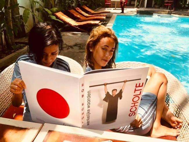 De vrouwen van Klashorst, lezend bij het zwembad (foto Peter Klashorst)