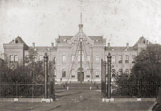 Hoofdgebouw van het KIM in 1894 (foto Defensie)