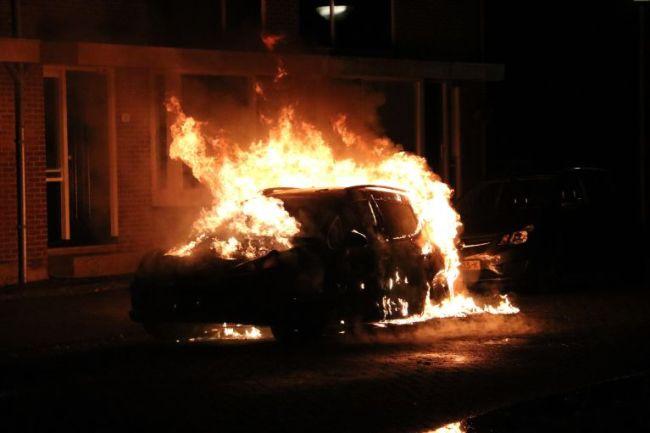 Auto uitgebrand in Den Helder (foto NHD)