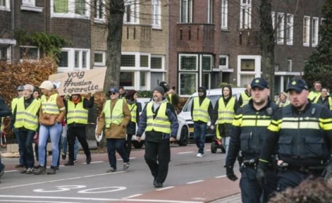 Begeleid door de politie trekken de Gele Hesjes door Maastricht (foto Mitchell Giebels)