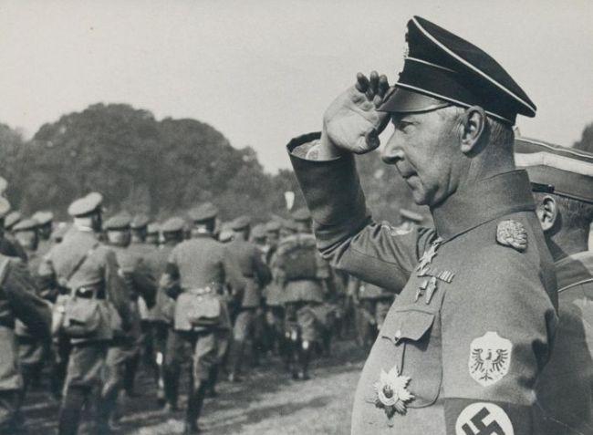 In uniform met nazi symbool (foto auteurs)