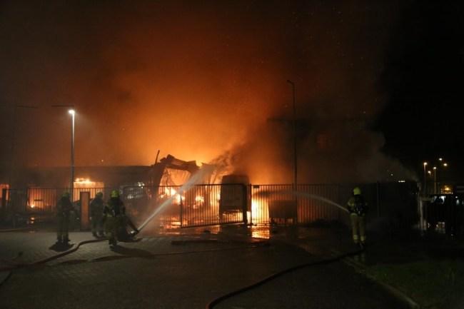 Brandweer bezig met bluswerkzaamheden (foto NHD)JPG
