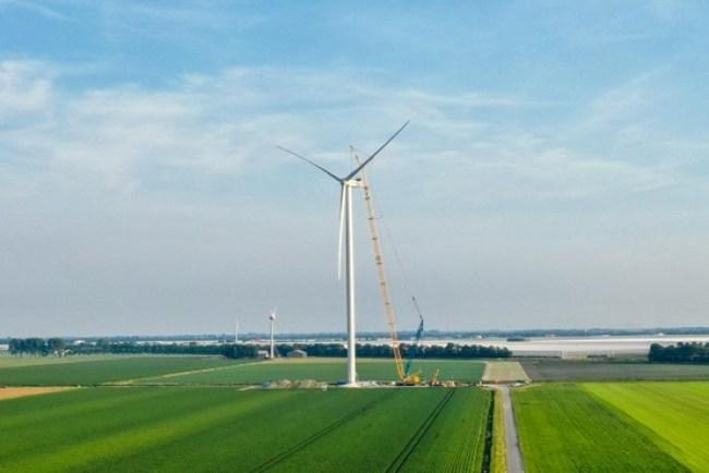 Een molen van het Windpark Wieringermeer in aanbouw (foto Vattenfall)