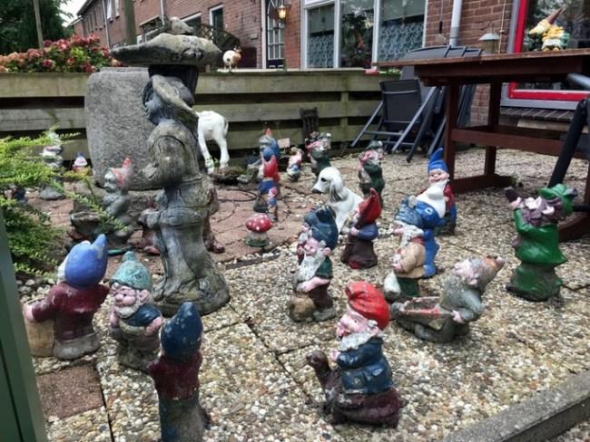 Kabouters bevolken een voortuin in Kreileroord (foto Hans van Wonderen)