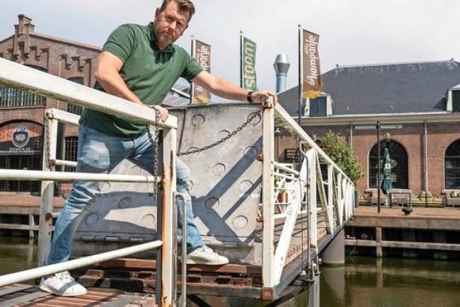 De Helderse Prins carnaval ex wethouder Edwin Krijns toont de betreffende loopbrug (foto NHD)