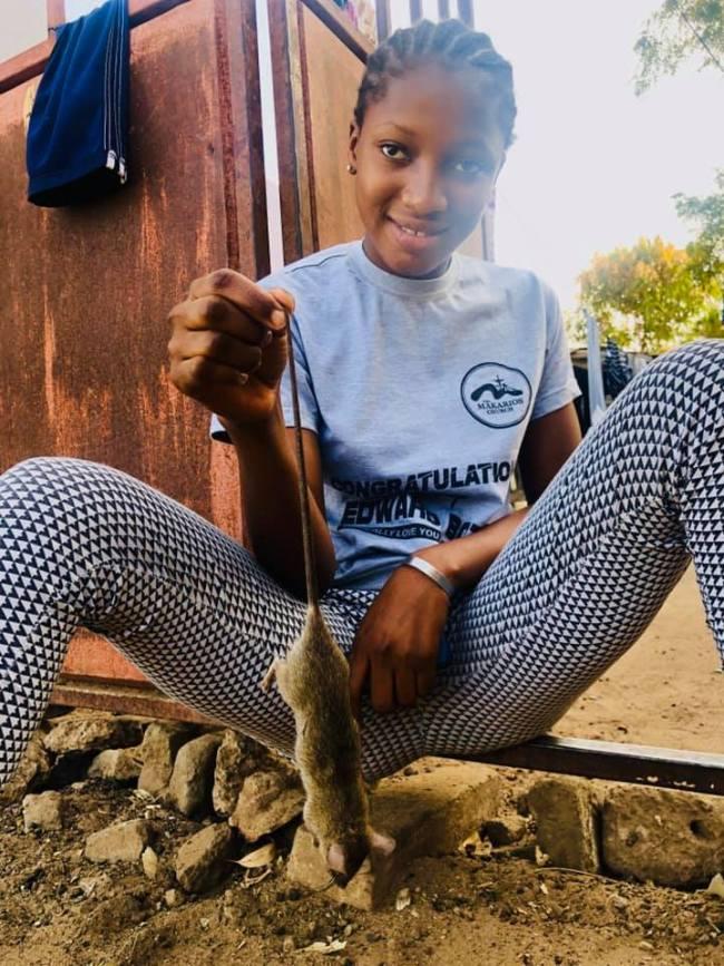 La Gambia meisje met rat (foto Peter KLashorst)