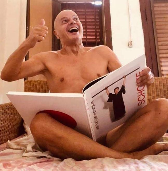 Peter Klashorst amuseert zich met door Holtzapffel voor Dalstar vervaardigde Roofboek | Mission Accomplished (foto Facebook)