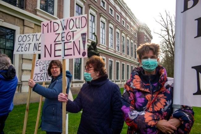 Protestborden buiten het Provinciehuis in Haarlem (foto Peter Schat)