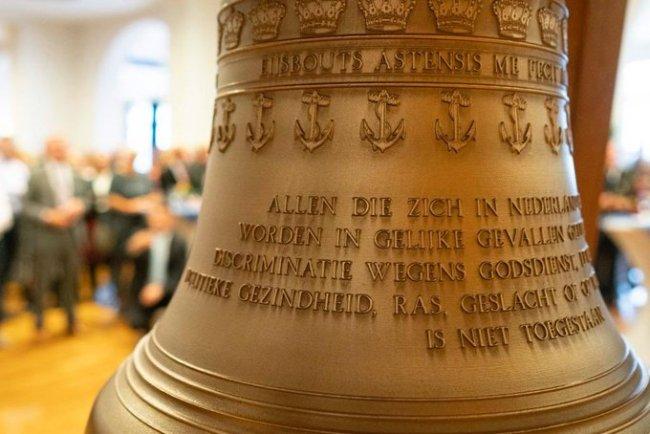 Scheepsbel voor de toekomstige Ms. Den Helder, aangeboden door de gemeente aan de Koninklijke Marine bij het afscheid van Koen Schuiling op het KIM (2) (foto Tjitske Biersteker:Twitter)