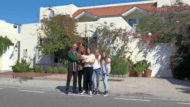 Familie Marbus bij hun huis in Dubai (foto De Telegraaf)