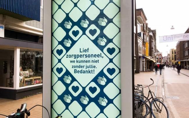 Groningen bedankt inwoners voor inzet tijdens coronacrisis op de nieuwe digitale reclameborden (foto DvhN)