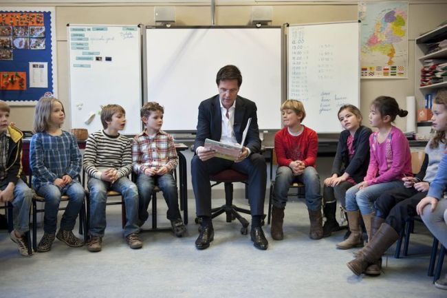 Mark Rutte leest voor (foto de Volkskrant)