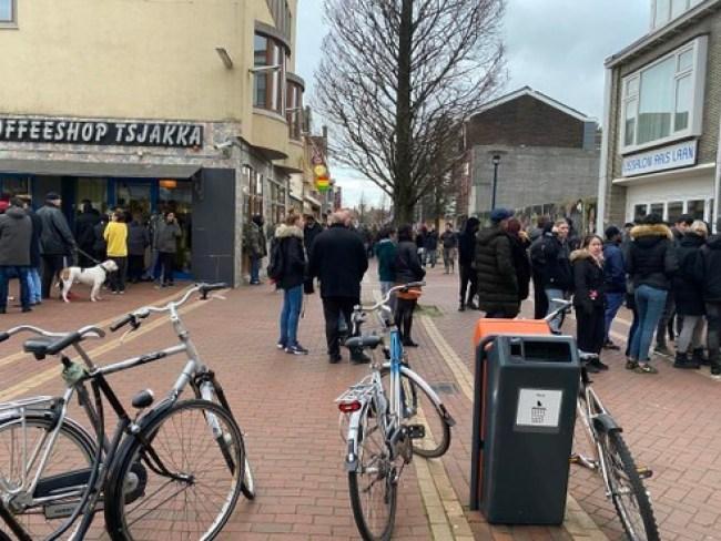 Ongekende drukte bij de coffeeshops in de Koningstraat in Den Helder (foto NHD