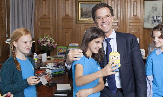 Toekomst van Nederland maakt selfie met Mark Rutte (foto Moeders.nu)