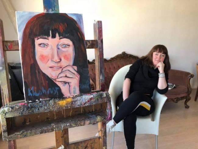 Vera Veer Klunne met portret (foto Facebook)