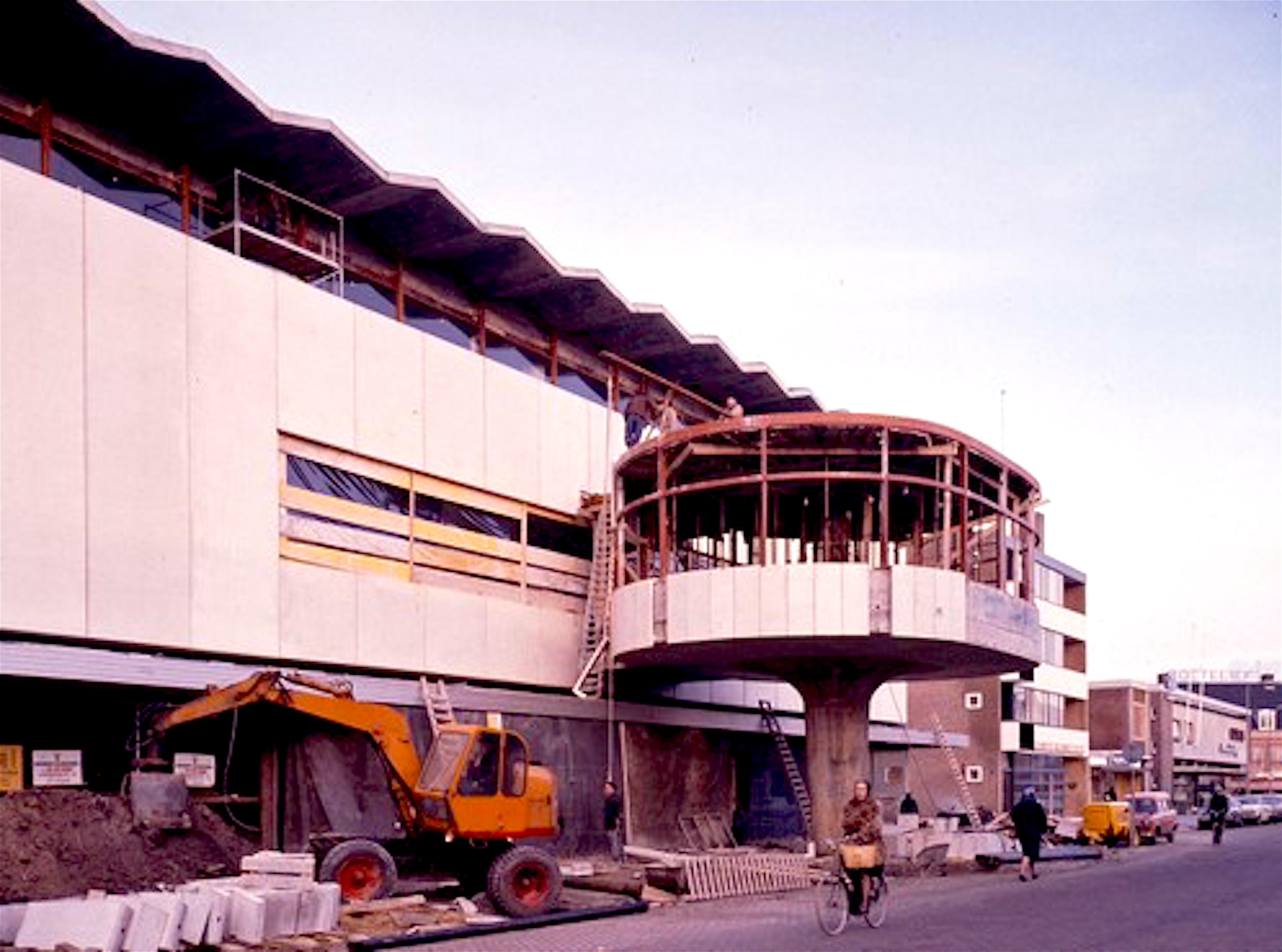 De bouw van de Paddenstoel bij Vroom & Dreesmann aan de Beatrixstraat in 1965 (Foto Helderse Historische Vereniging)