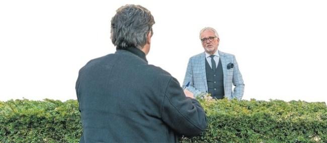 Van der Maten in gesprek met de voorzitter van de Veiligheidsregio Piet Bruinooge, burgemeester van Alkmaar vanachter de heg (foto NHD)