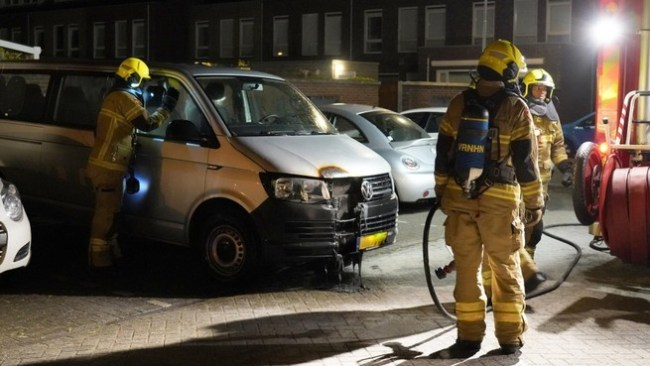 Autobrand in Schepenbuurt te Den Helder (foto GLOCAL Media)
