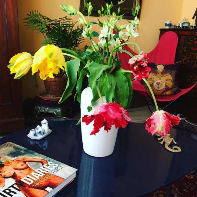 Dirty Diary Letitia Korompis op tafel (foto Facebook)